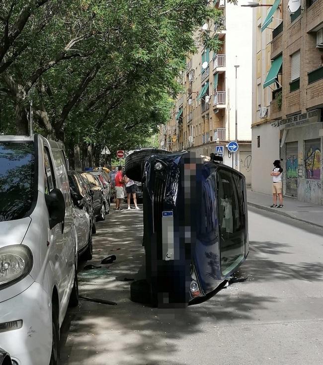 Vehículo volcado en la calle Halcón.