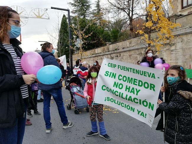 Detalle de la concentración celebrada este jueves a las puertas de la Junta.