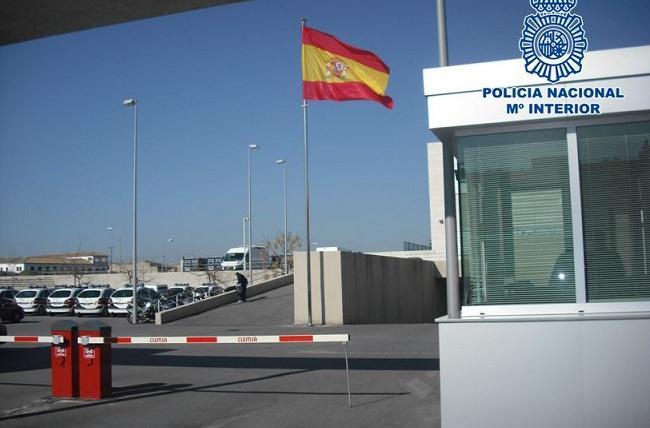 Entrada a la Comisaría Provincial de Granada, donde se entregó al menor.