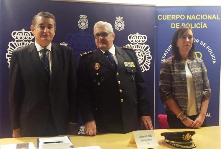 El nuevo comisario provincial, entre Antonio Sanz y Eva Blanco.