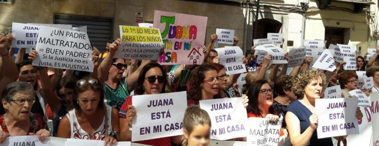 Una de las concentraciones de apoyo a Juana Rivas, en Maracena.