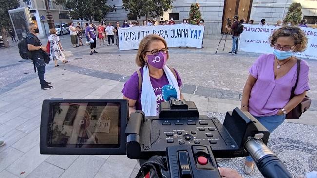 Paqui Fuillerat y Maylo Sánchez atienden a los periodistas durante la concentración.