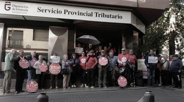 Concentración frente al Servicio Tributario de Diputación en la plaza Mariana Pineda.