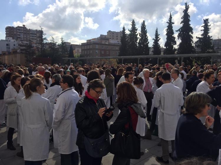 Profesionales sanitarios, este jueves, a las puertas del Virgen de las Nieves.