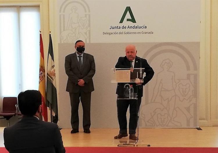 El consejero de Salud y Familias, con el delegado de la Junta en Granada, anuncia las restricciones en rueda de prensa.