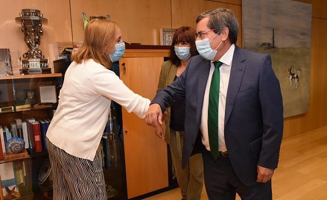 Eugenia Rodríguez-Bailón y José Entrena se saludan con el codo.