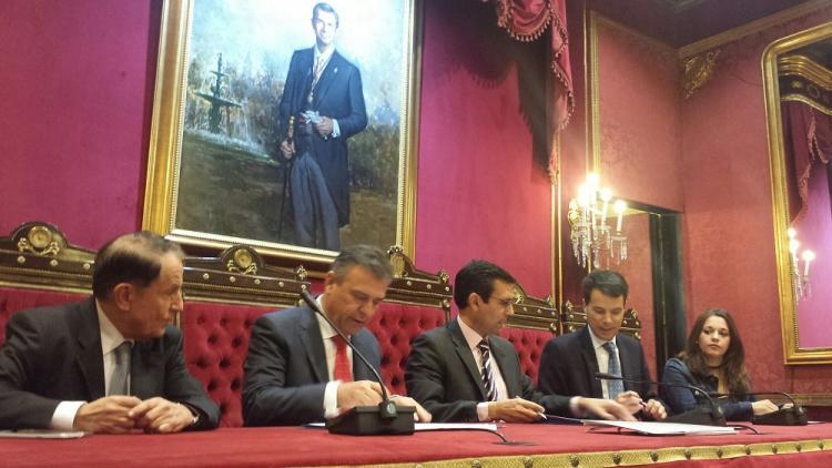 El protocolo se ha firmado en el Salón de Plenos del Ayuntamiento.