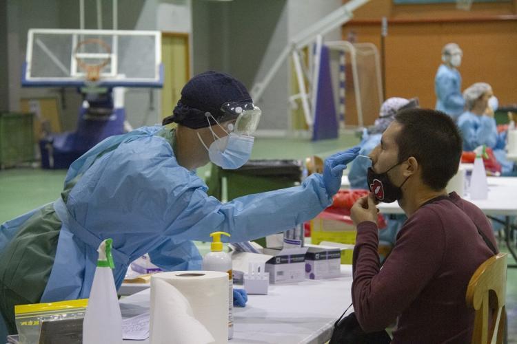 Un profesional sanitario toma una muestra a uno de los ciudadanos citados en Motril.
