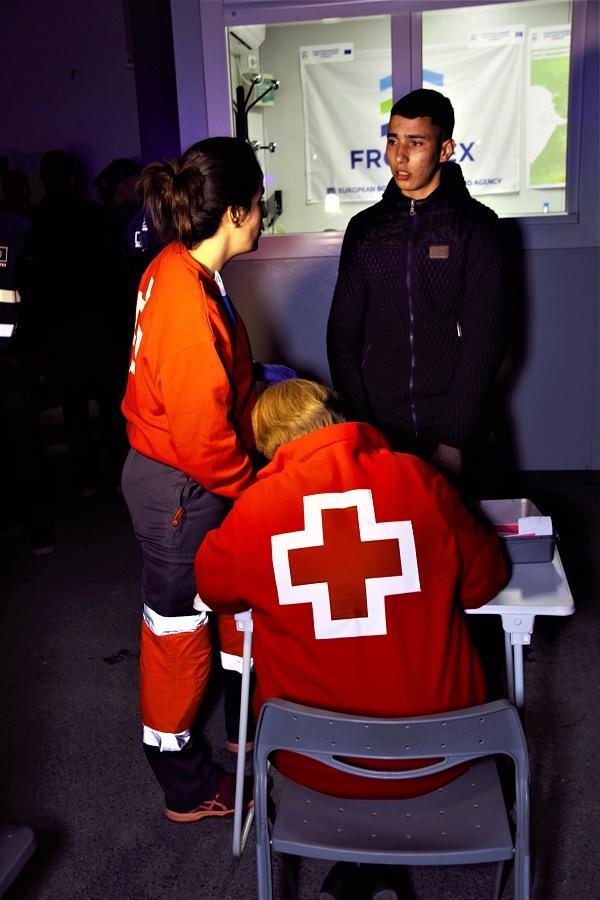 La Cruz Roja atiende a uno de los migrantes rescatados el martes.