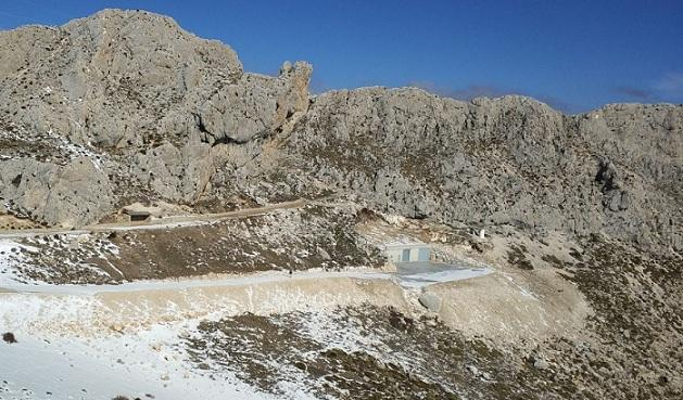La Cueva del Agua se ubica en un espectacular paraje, a 1.730 metros de altitud, en la base del Cerro del Asno, en Sierra Arana.