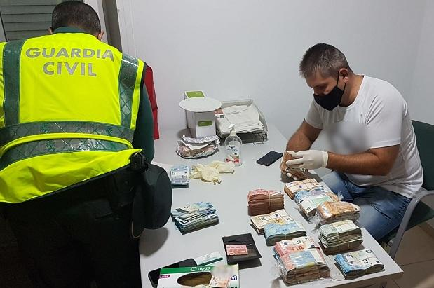 Agentes, con el dinero intervenido.