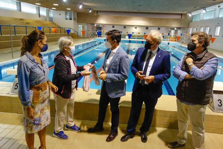 Visita del alcalde a la piscina este martes.