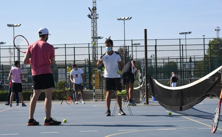 Actividad este lunes en una pista de tenis.