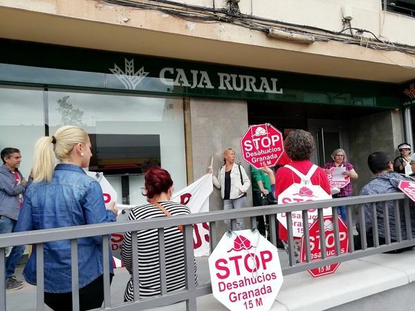 Protesta ante la Rural para exigir la suspensión del lanzamiento.