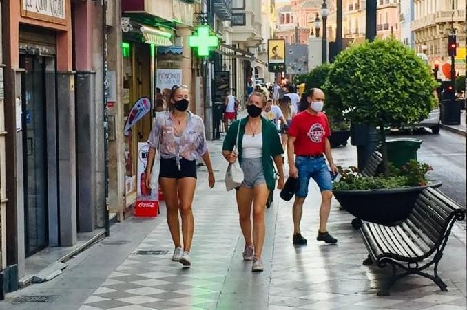 Viandantes en el entorno de Plaza Nueva.