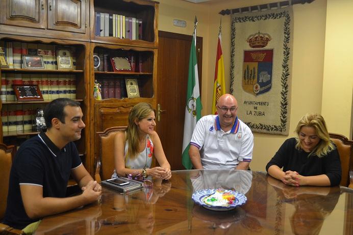 Miguel Rodríguez, de blanco, con autoridades de La Zubia.