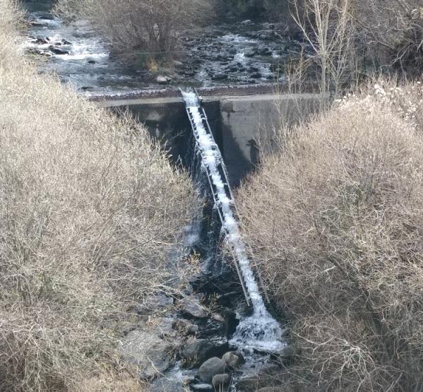 Caudal del río tras la captación de agua para la central hidroeléctrica.