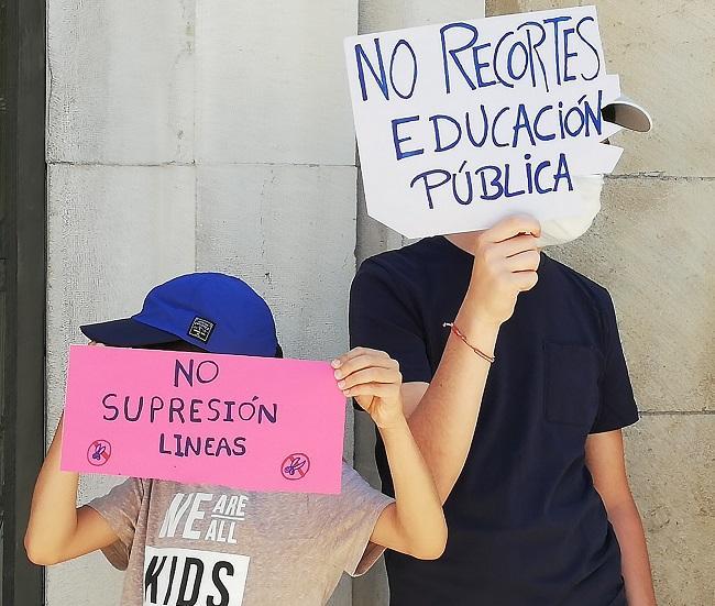Imagen de una reciente concentración en Granada contra el recortes de unidades.
