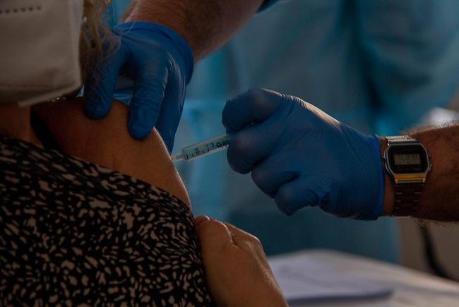 Detalle de la vacunación a una docente en Motril.