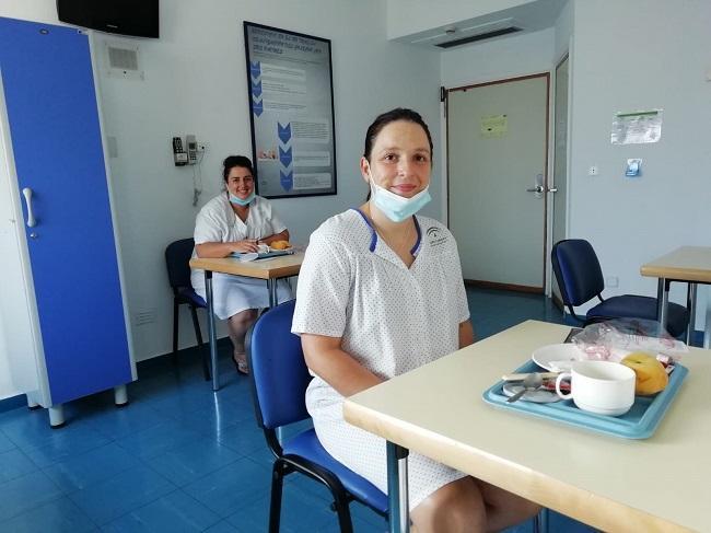 Dos madres lactantes desayunan en las instalaciones.