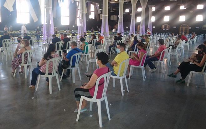 Personas recién vacunadas en la Feria de Muestras de Armilla.