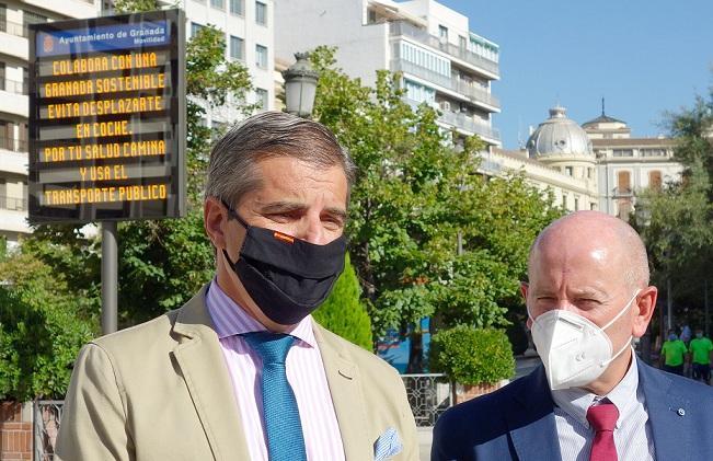 César Díaz y detrás uno de los nuevos paneles, en Puerta Real.