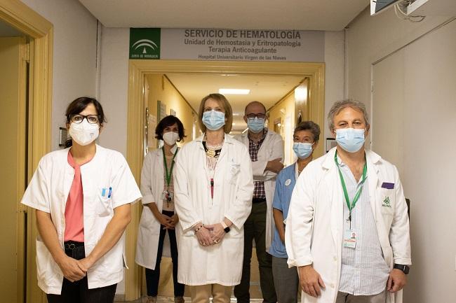 El coordinador de la comisión, Manuel Manduiña, a la derecha junto a profesionales de Hematología y Neumología.