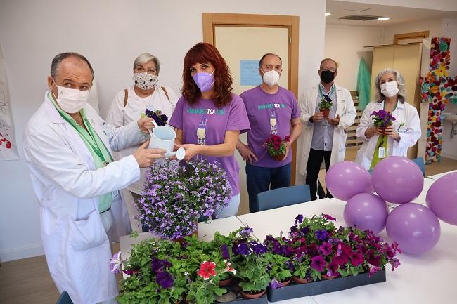 El director médico, Sebastián Manzanares, riega una planta junto a la presidenta de la asociación, Patricia Cervera, como símbolo de la atención a trastornos alimentarios en uno de los talleres creativos.
