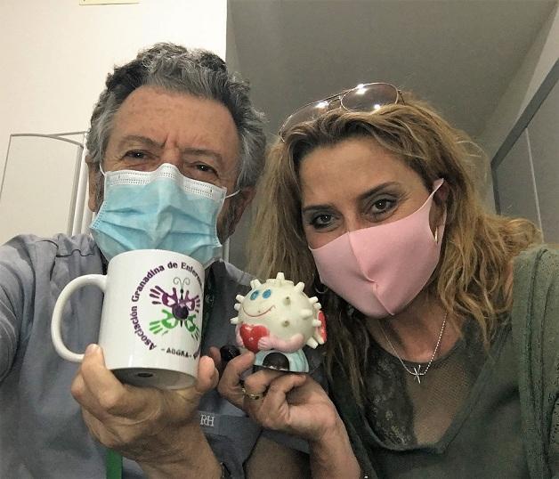 El doctor Ortego, junto a una paciente de la consulta de enfermedades autoinmunes.
