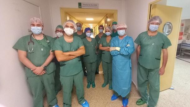 El urólogo, Ignacio Puche, segundo por la izquierda, junto al equipo quirúrgico