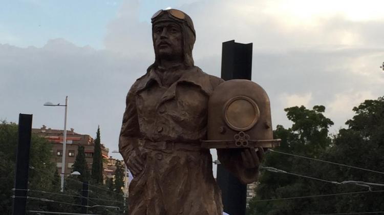 Escultura dedicada a Emilio Herrera inaugurada este año, coincidiendo con el 51 aniversario de su fallecimiento.