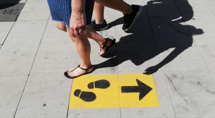 Imagen de la señalización urbana en Granada para garantizar la distancia de seguridad.