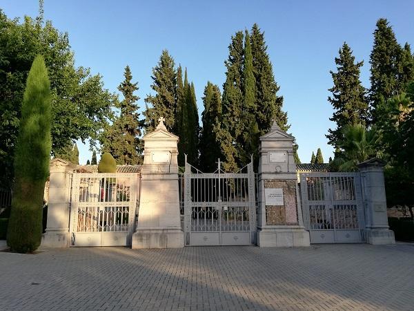 Imagen de archivo de la entrada al cementerio de Granada.