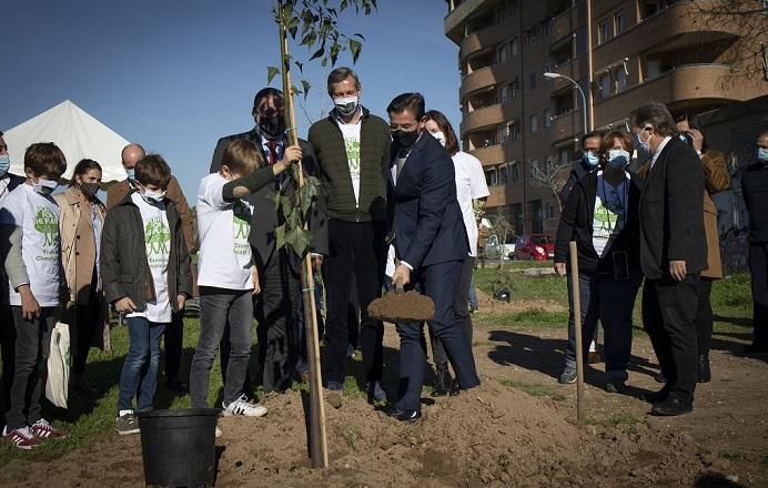 El alcalde, Luis Salvador, echa tierra a uno de los nuevos árboles.