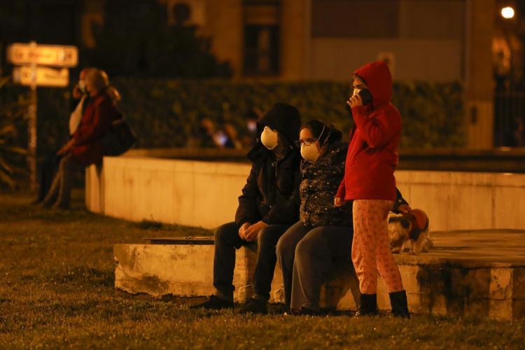 Una familia, en la calle, tras los terremotos registrados este martes por la noche en Granada.