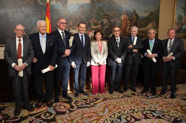 Carmen Calvo y Pedro Duque con los familiares y discípulos de los académicos.