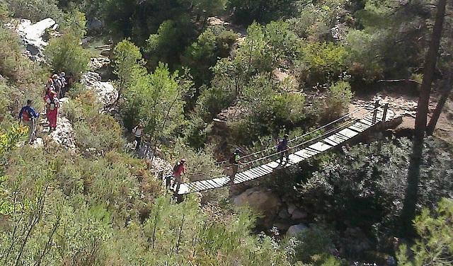 Senderistas en la ruta del río Verde.