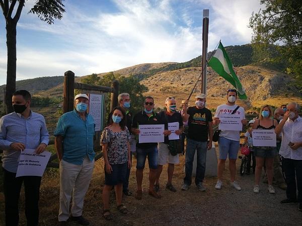 Colectivos memorialistas colocaron un cartel para reivindicar que La Colonia de Víznar sea declarada Lugar de Memoria.
