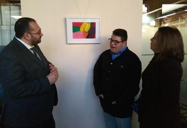 Alberto Amate, junto a uno de sus dibujos.