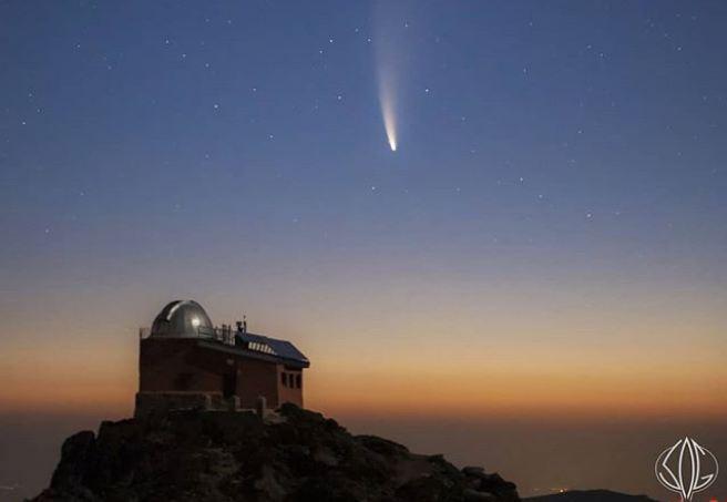 Imagen del cometa sobre el observatorio del Mojón del Trigo.