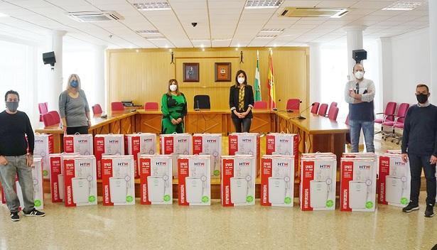 Autoridades municipales, con las cajas de filtros Hepa que se van a instalar.