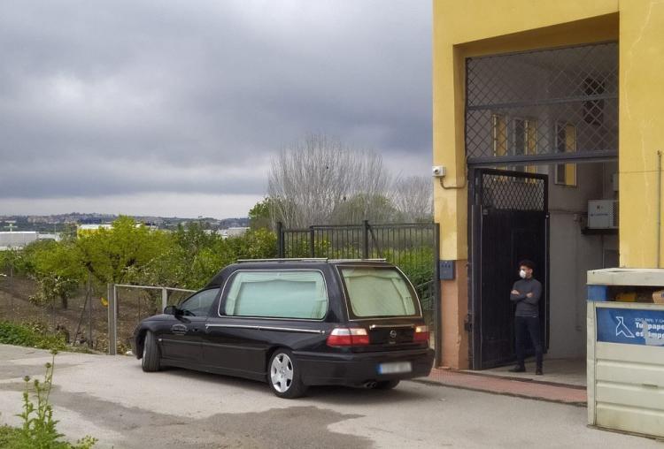 Coche fúnebre, esta mañana, en las instalaciones de la residencia.