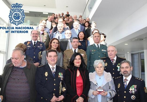 Autoridades, responsables policiales y personas homenajeadas.