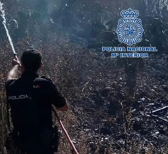 Un policía en tareas de extinción de un fuego, en una imagen de archivo.