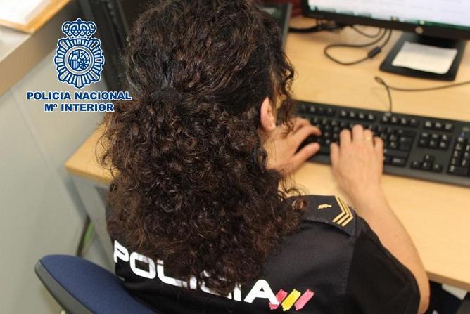 Una agente recaba información a través del ordenador.