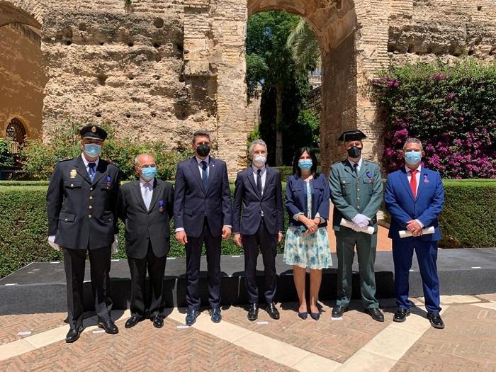 El ministro del Interior, junto al delegado del Gobierno en Andalucía y la subdelegada de Granada, junto a los premiados de la provincia.
