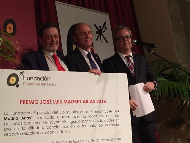 Rafael Gálvez, en el centro, tras recibir el premio.