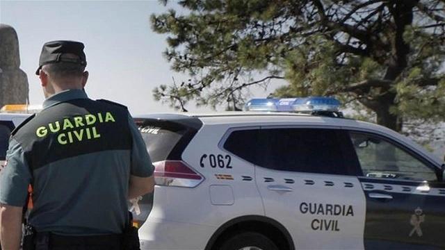 La Guardia Civil vio al hombre intentando apagar el fuego con una manguera.