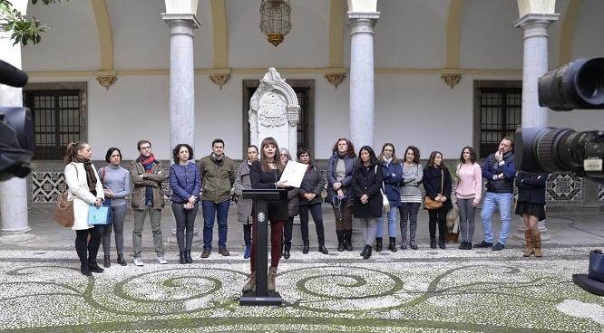 Jemi Sánchez presenta el plan junto a representantes de colectivos sociales.