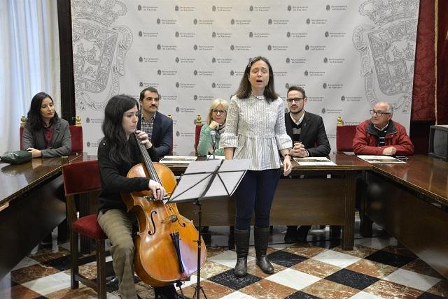 Actuación durante la presentación del concierto.